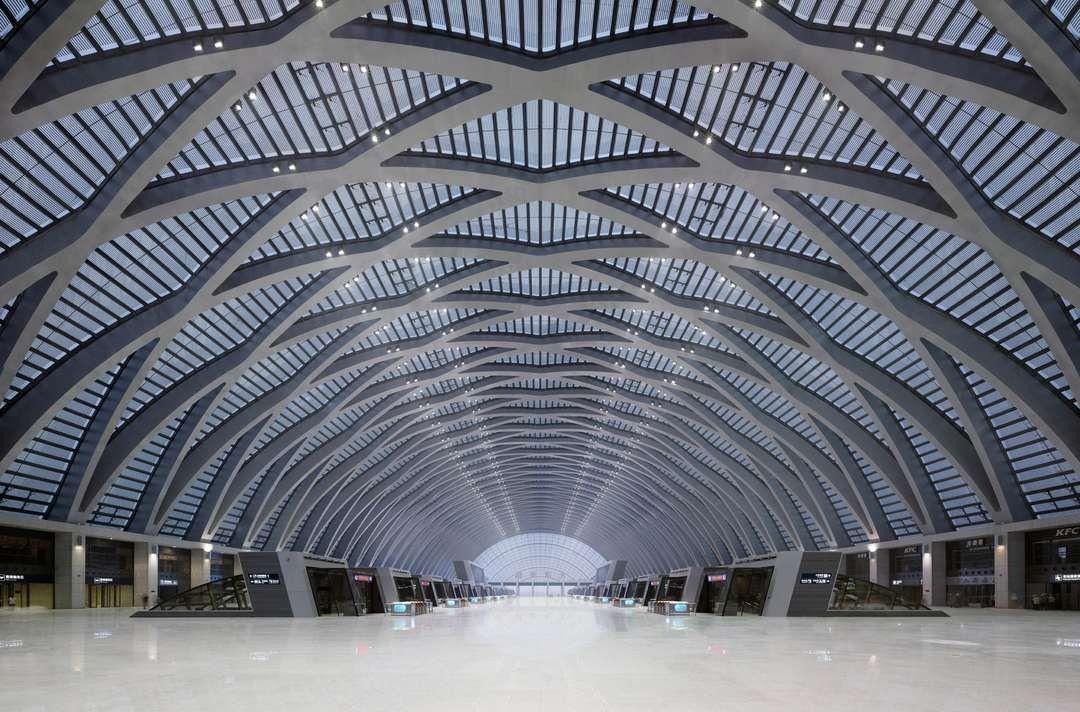 Parece ser um aeroporto ou estação de trem!