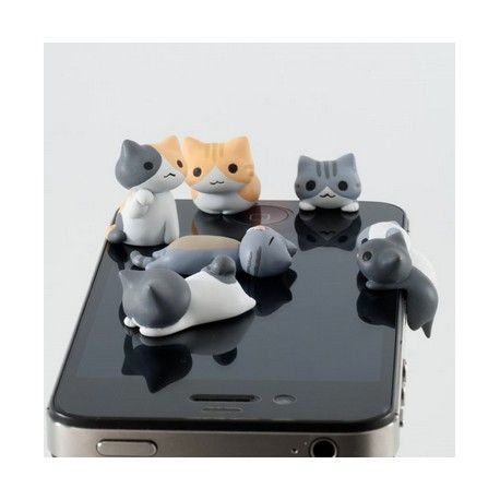 Ce petit chaton trop mignon va vite envahir votre téléphone ! Doté d'un cache-prise qui se glisse dans la prise jack de votre téléphone portable, le cache-prise chaton ajoute une petite touche kawaii qui va vous démarquer à coup sûr !