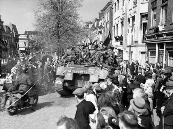 De bevolking van Leeuwarden verwelkomt haar bevrijders, de Stormont, Dundas en Glengarry Highlanders uit Canada. Fotograaf: Donald I. Grant. Bron: Nationaal Archief van Canada | PA-131566