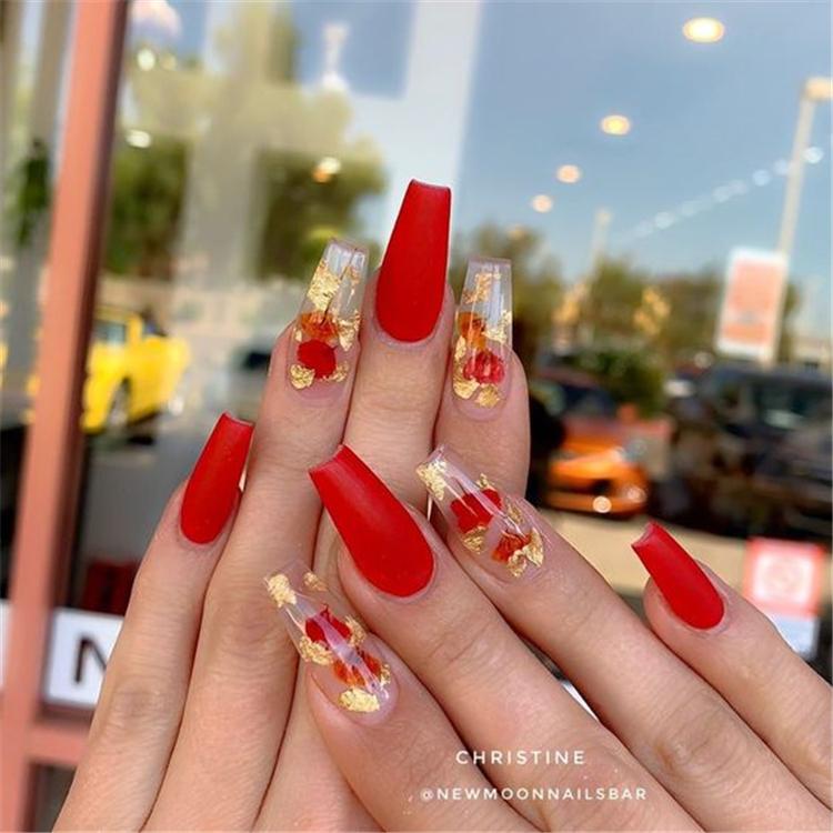 Rojo De Moda De Disenos De Invierno Ataud De Unas Para Navidad Y Ano Nuevo Una Larga Roja In 2020 Red Acrylic Nails Fall Acrylic Nails Long Acrylic Nails