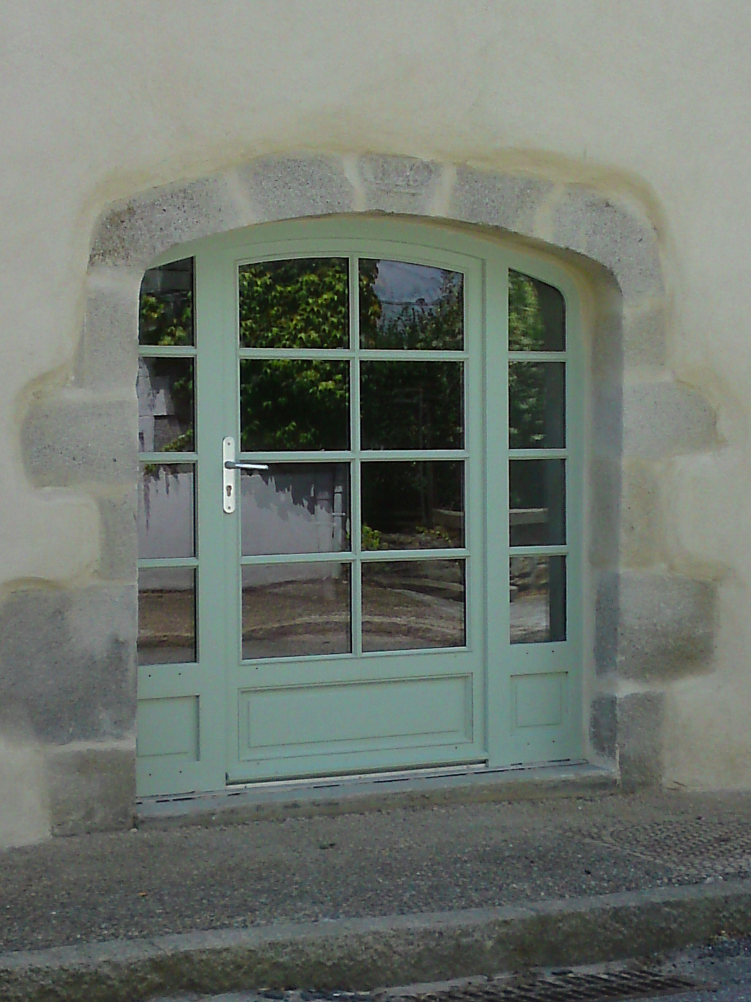 Free ensemble cintr compos duune portefentre vantail avec deux fixes latraux with porte fenetre for Fenetre un vantail bois