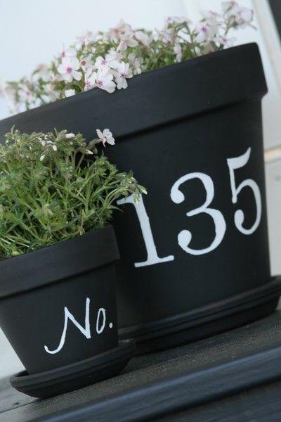 Bloempot met huisnummer voor in de voortuin. Je kunt ook het omgekeerde doen, bloempot in wit 'glow in the dark' verf en het nummer in het zwart. Lekker licht opladen in de dag en 's avonds een verlichtte bloempot met huisnummer! Ook leuk, niet?