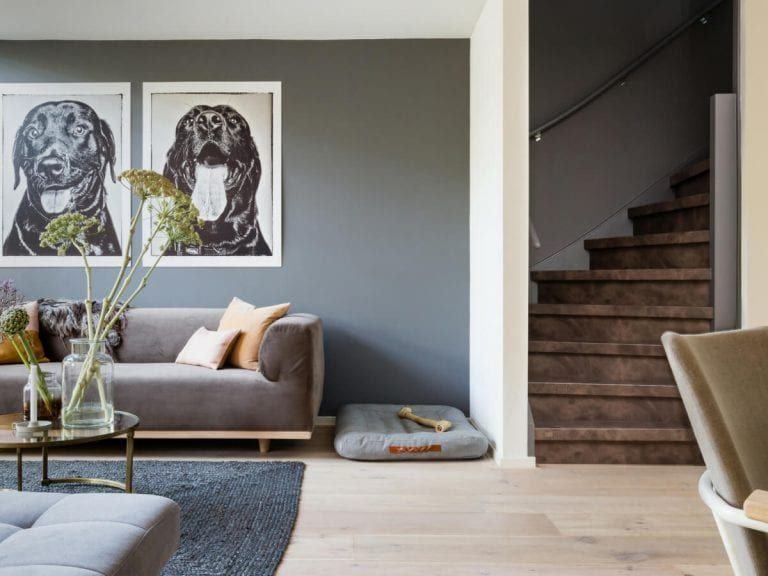 Donkerbruine houten dichte trap traprenovatie utrecht vooraanzicht