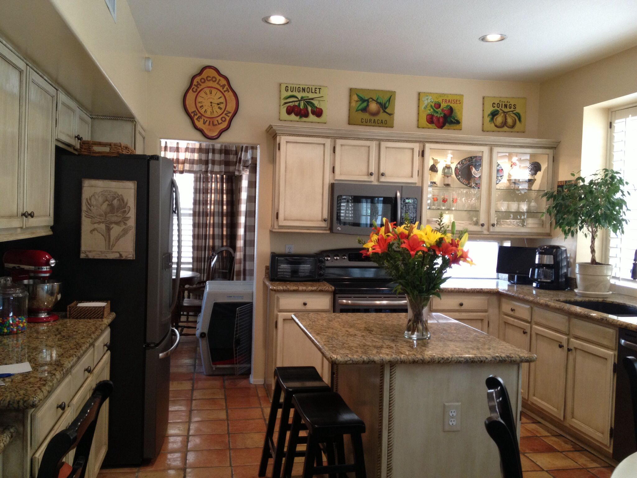 Ge slate appliances ivory glazed cabinets island for Slate appliances with white cabinets