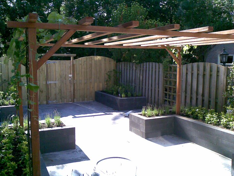 Idee kleine tuin met niveauverschil foto : Kleine tuin met hoogteverschillen en pergola   Tuinontwerp ...