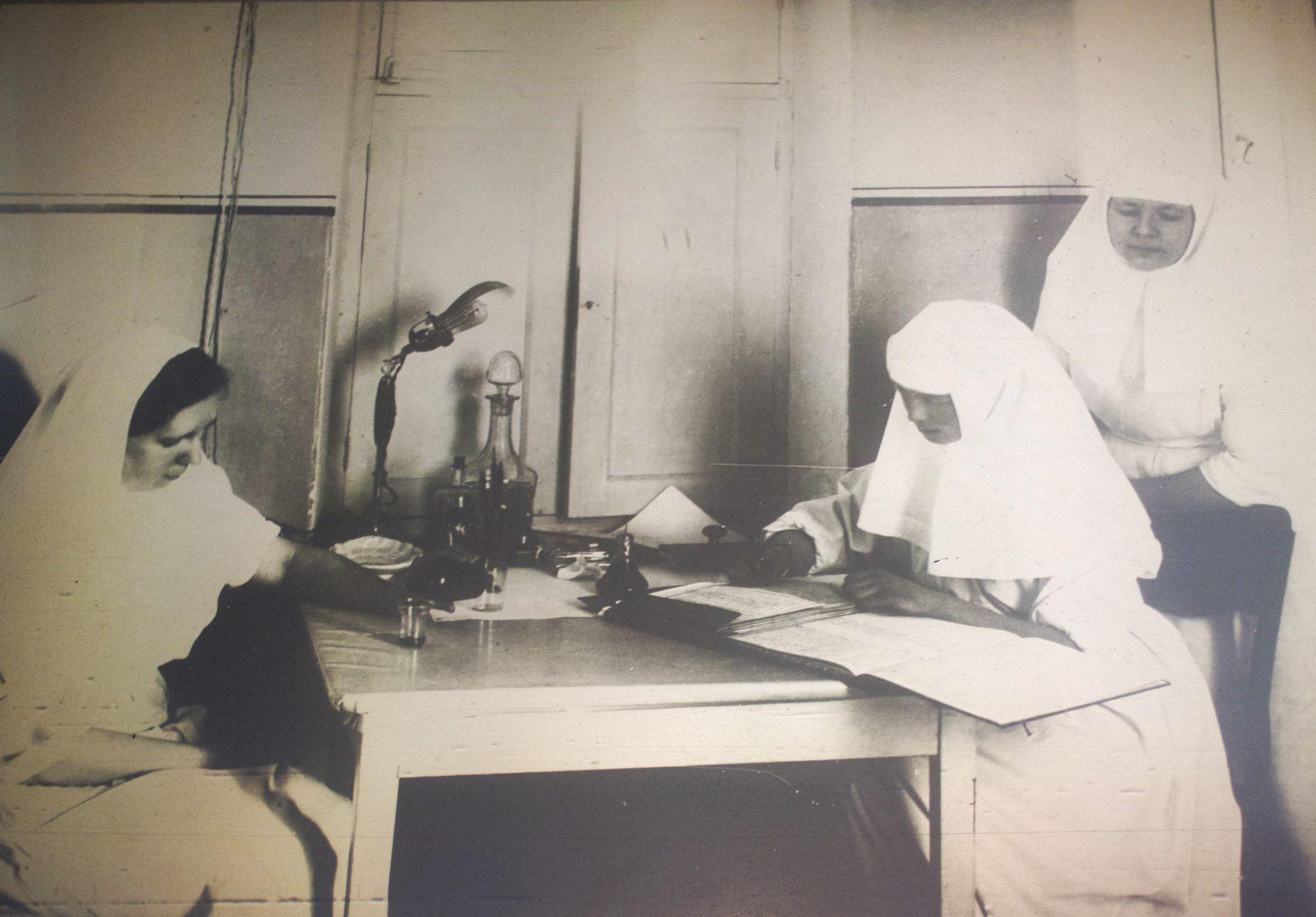 Grand Duchess Olga Nikolaevna (sentada a direita) com as enfermeiras no Hospital em Tsarskoye Selo em 1915.