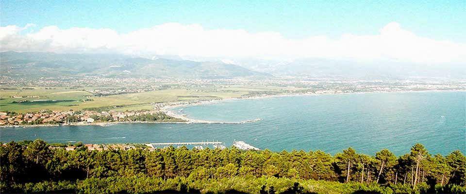 scorcio sulla Foce del Magra, laddove il fiume incontra l'antico mar Ligure. Sfumate le Alpi Apuane da lontano abbracciano questo lembo di paradiso. -residencepax- Ameglia