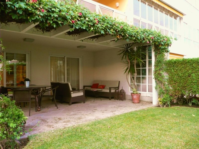 Porche jardin pergola aluminio planta trepadora sillones - Como decorar un patio exterior ...