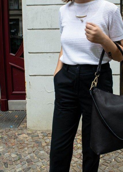 Lass dich inspirieren: Unsere Business Outfits für Damen. Stoffhose aus Baumwolle, schwarz  jetzt online. Hier klicken.   #Bürokleidung #businessoutfit #BusinessMode #BüroOutfit #wertvollberlin #casuallook #nachhaltigemodefrauen #modetipps #businessmodedamen
