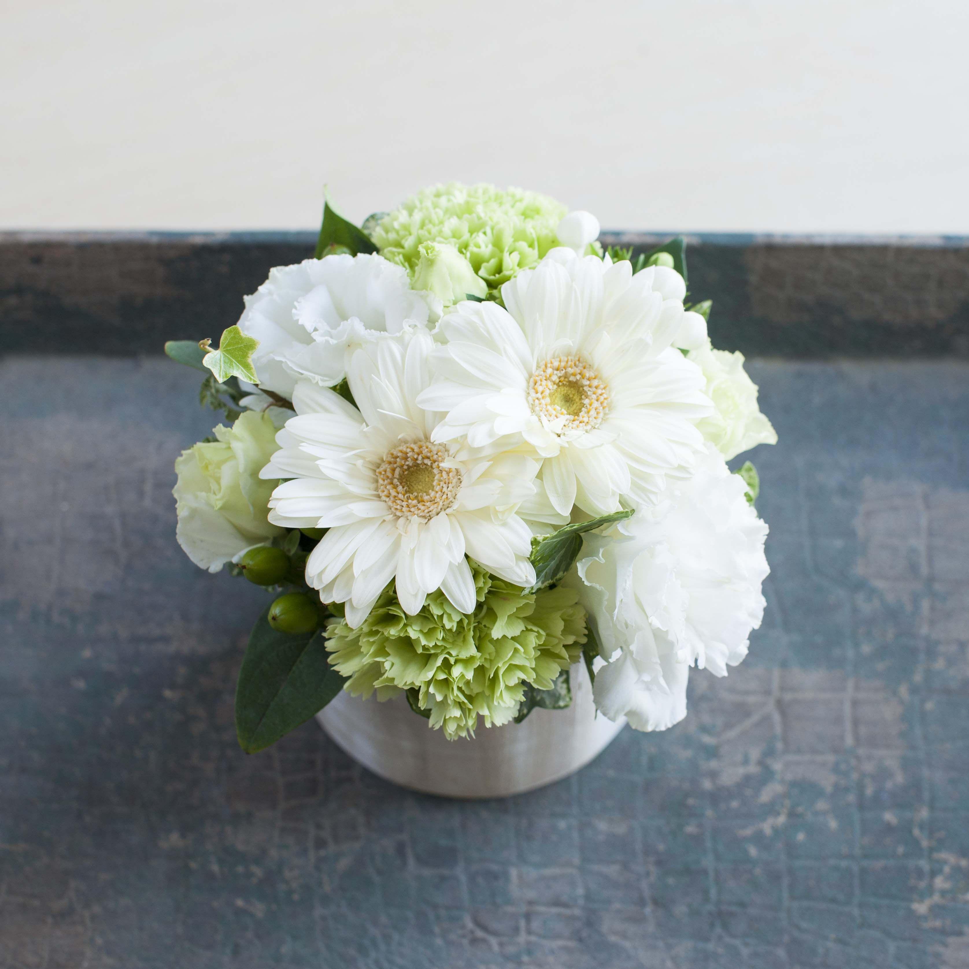 白でまとめた小さなアレンジメントssサイズ 幅約15cm 高さ約18cm 仏壇 花 白い花 お供え