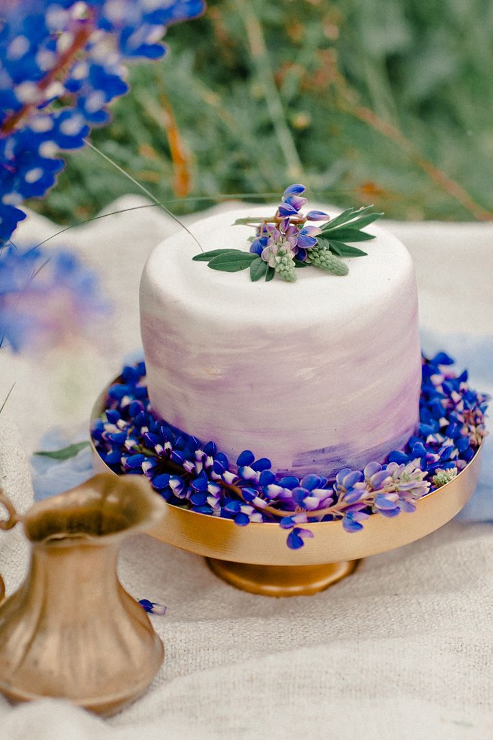 Watercolor wedding cake in shades of violet decorated with bluebell colored flowers | fabmood.com #weddingcake #watercolor #bluebell