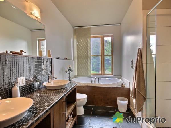 Belle salle de bain ! Très belle vanité en mosaïque noire Bonne