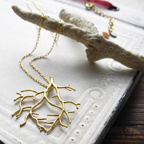素  材:モチーフ真鍮製サイズモチーフ3.3×3.4(cm)チェーン60.0(cm)長い年月をかけて育まれた美しい珊瑚がモチーフのネックレスです。...|ハンドメイド、手作り、手仕事品の通販・販売・購入ならCreema。