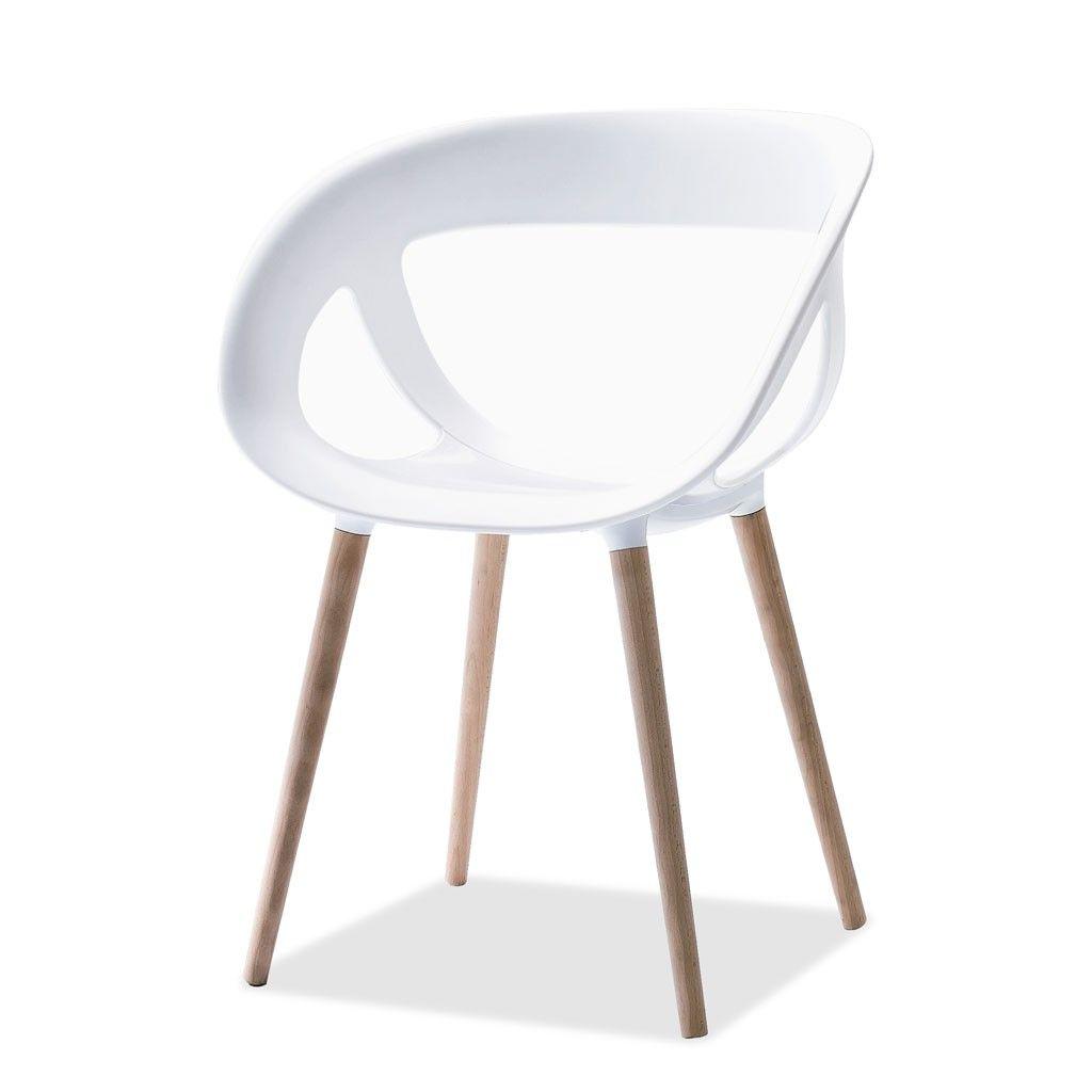 Sillón Caranday con patas de madera y asiento de polímero en color blanco.
