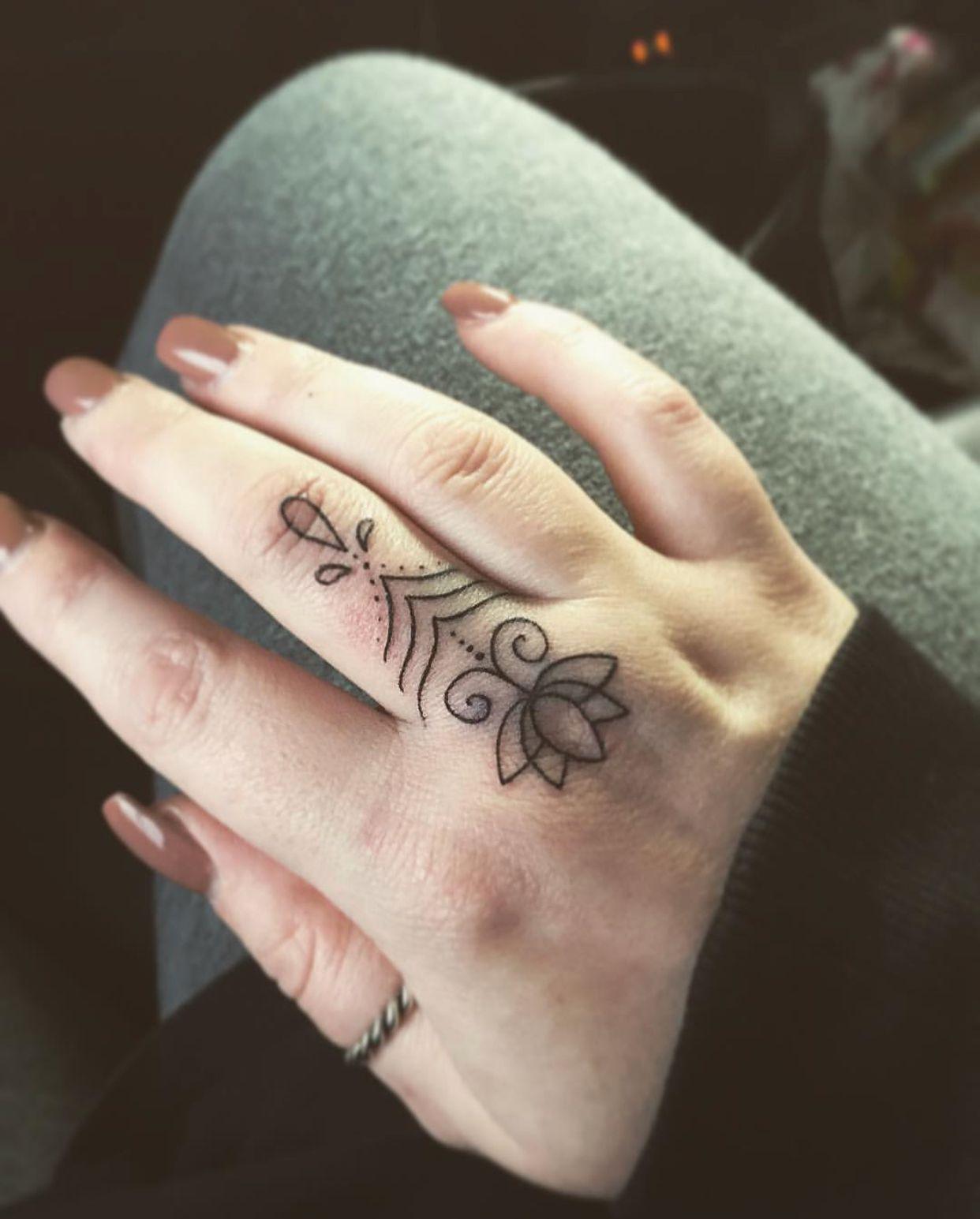 #finger #tattoo #henna #pretty #pattern #tattoosforwomen #girlswithtattoos #pandora #ring