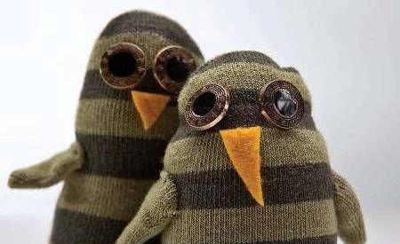 sock penguins. easy and adorable. via Homies: Reciclar calcetines desparejados