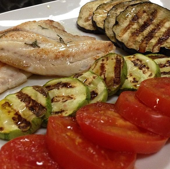 Tilápia com beringela, abobrinha e tomates grelhados no grill by @doris_gomes