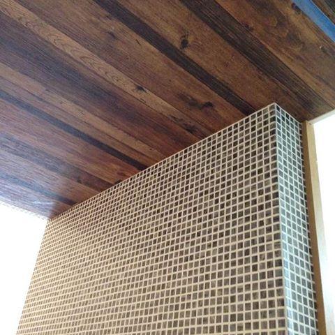 木目とタイル調の壁紙 相性いいですね 壁紙 木目調