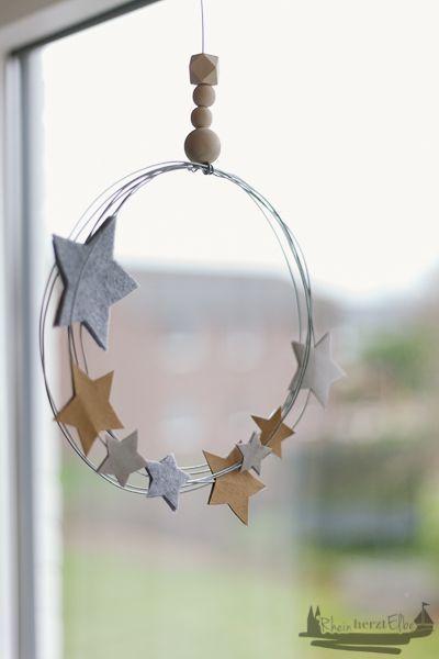 Wir feiern Weihnachten | DIY Idee Metallkranz mit Sternen - RheinHerztElbe.de #halloweendekobasteln
