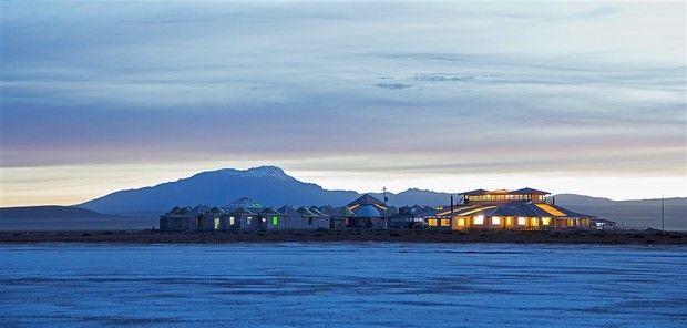 Boliviens berühmter See Salar de Uyuni ist der größte Salzsee der Welt und liegt auf 3670 Meter höhe in Bolivien.  Hier befindet sich auch das Luxus-Resort Palacio de Sal. Wie der Name schon vermuten lässt, ist das Hotel zur Gänze aus Salz gebaut -  von Wänden, Tischen, Betten, bis hin zum Pool-Table. Hier kann man nicht nur die Einsamkeit genießen, sondern profitiert auch von der heilsamen Kraft des Salzes.