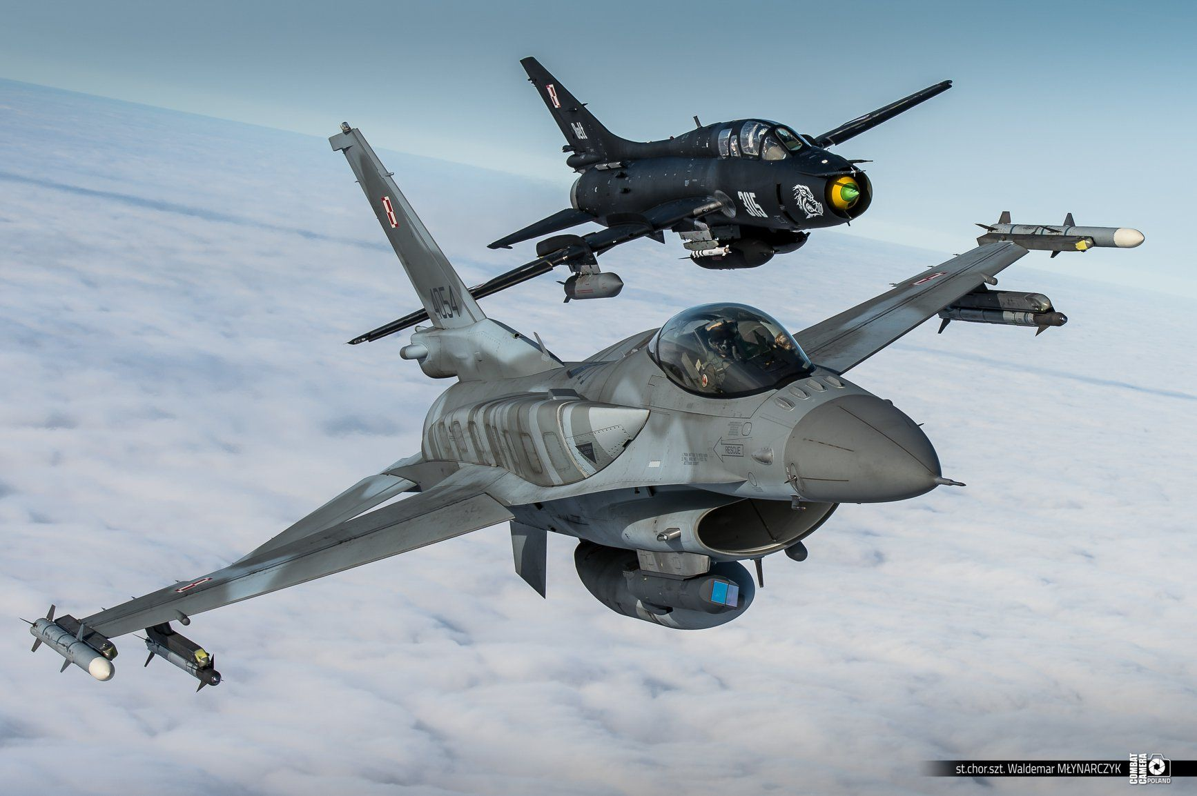 Black SU22 in formation with F16 polish air force[1734 x