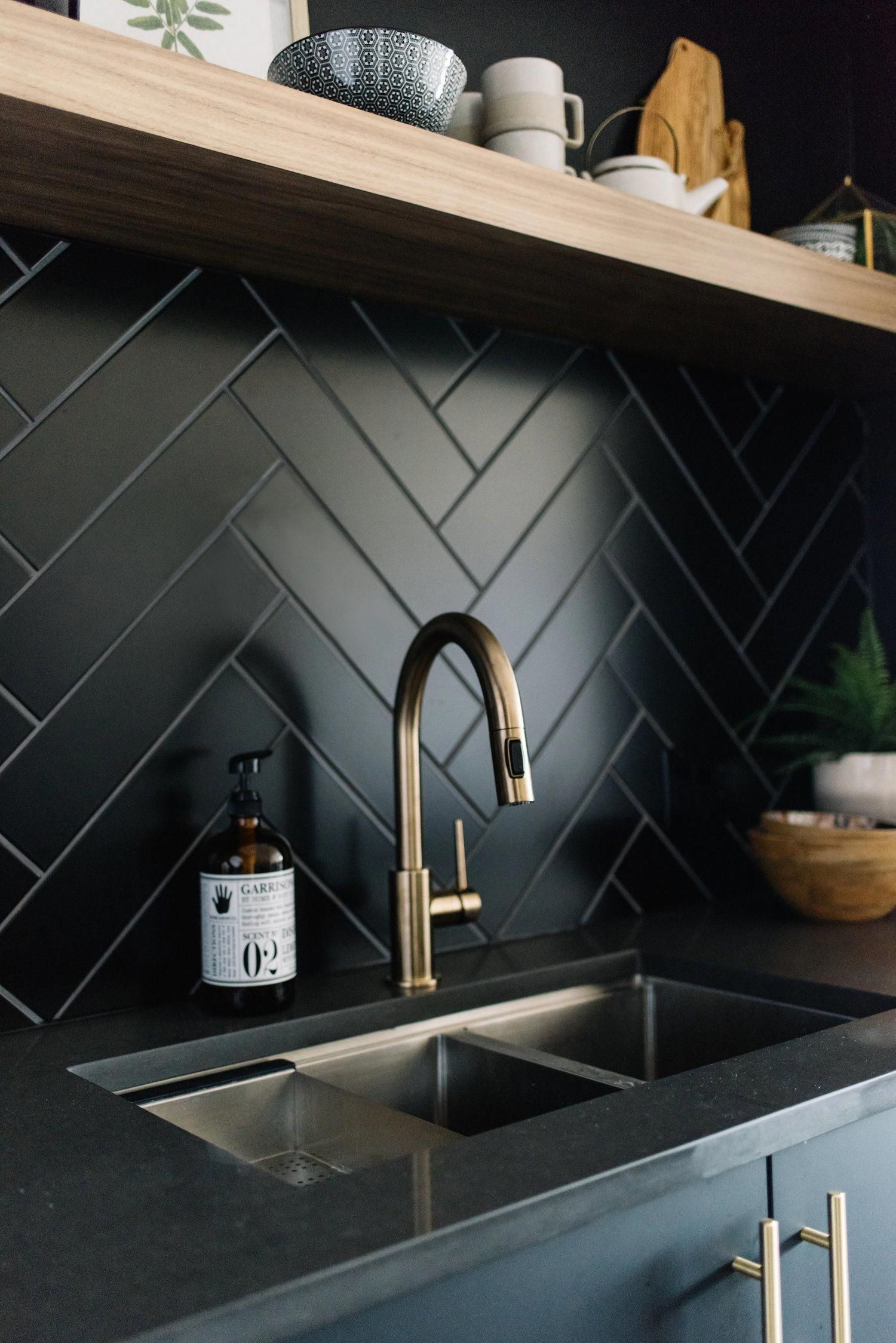 A Backsplash Is Used In Order To Protect The Wall From Splashes It Is Usual Kitchen Cabinets And Backsplash Interior Design Kitchen Kitchen Without Backsplash