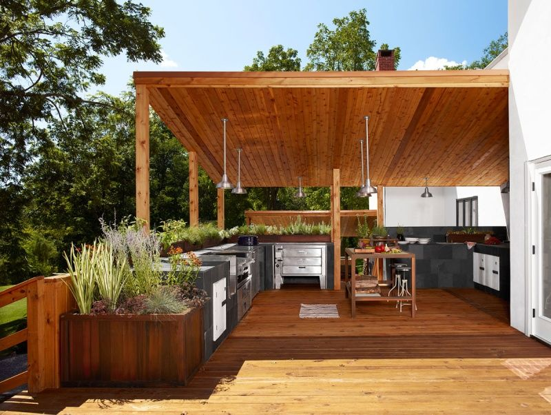 Moderne Outdoor Küche mit Beton-Fronten und Edelstahl-Geräten ...