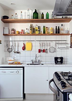 Uma cozinha minúscula e super praticável. aproveita teu paneleiro ...