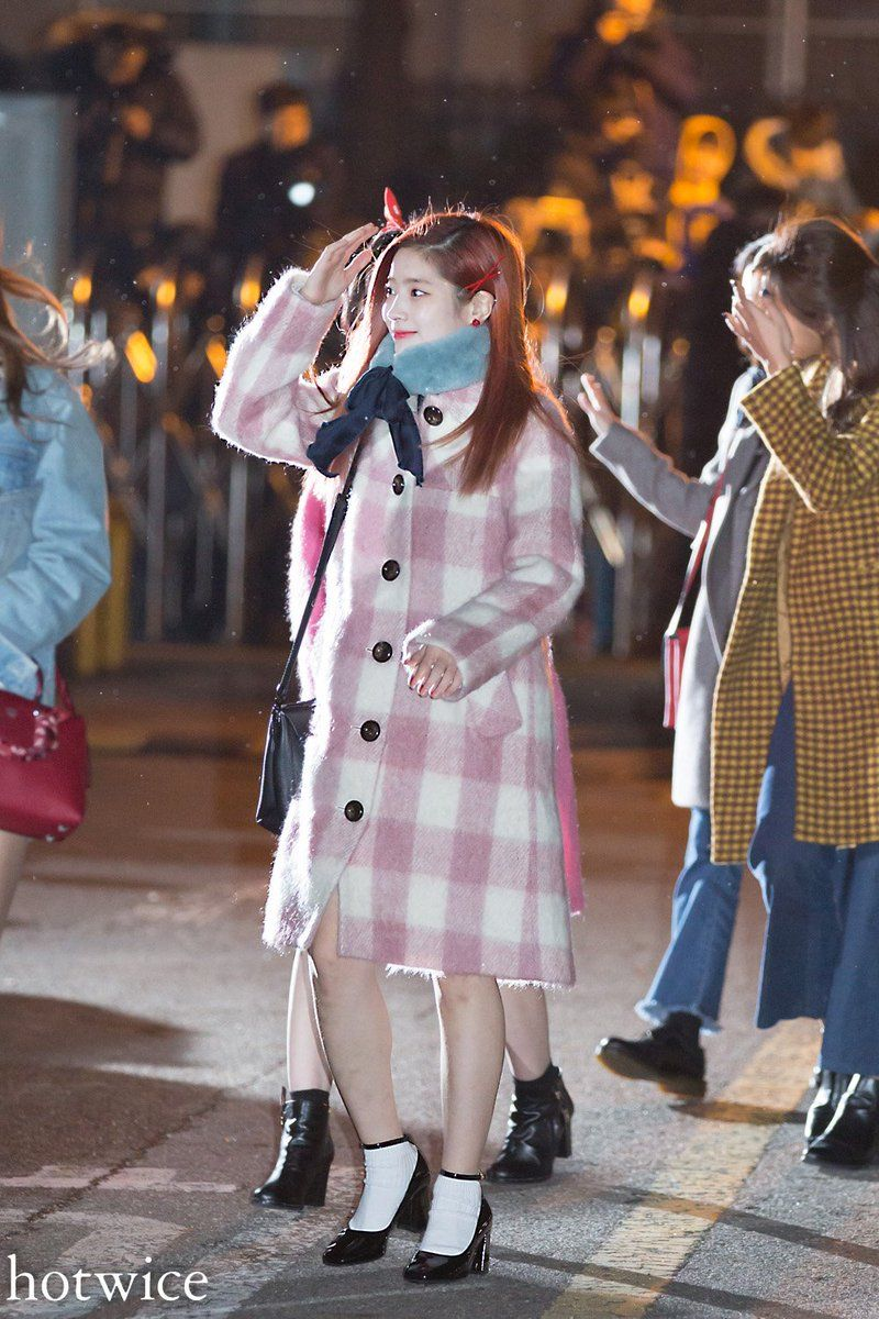 "hotwice on Twitter: ""2016.12.23 뮤뱅출근 #다현 #dahyun #트와이스 #TWICE @JYPETWICE https://t.co/I29yRtT9YL"""