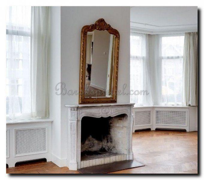 Geef kleur aan je interieur met een gouden spiegel. https://www ...