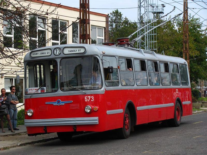 обычной советский троллейбус фото правой рукой прикасается