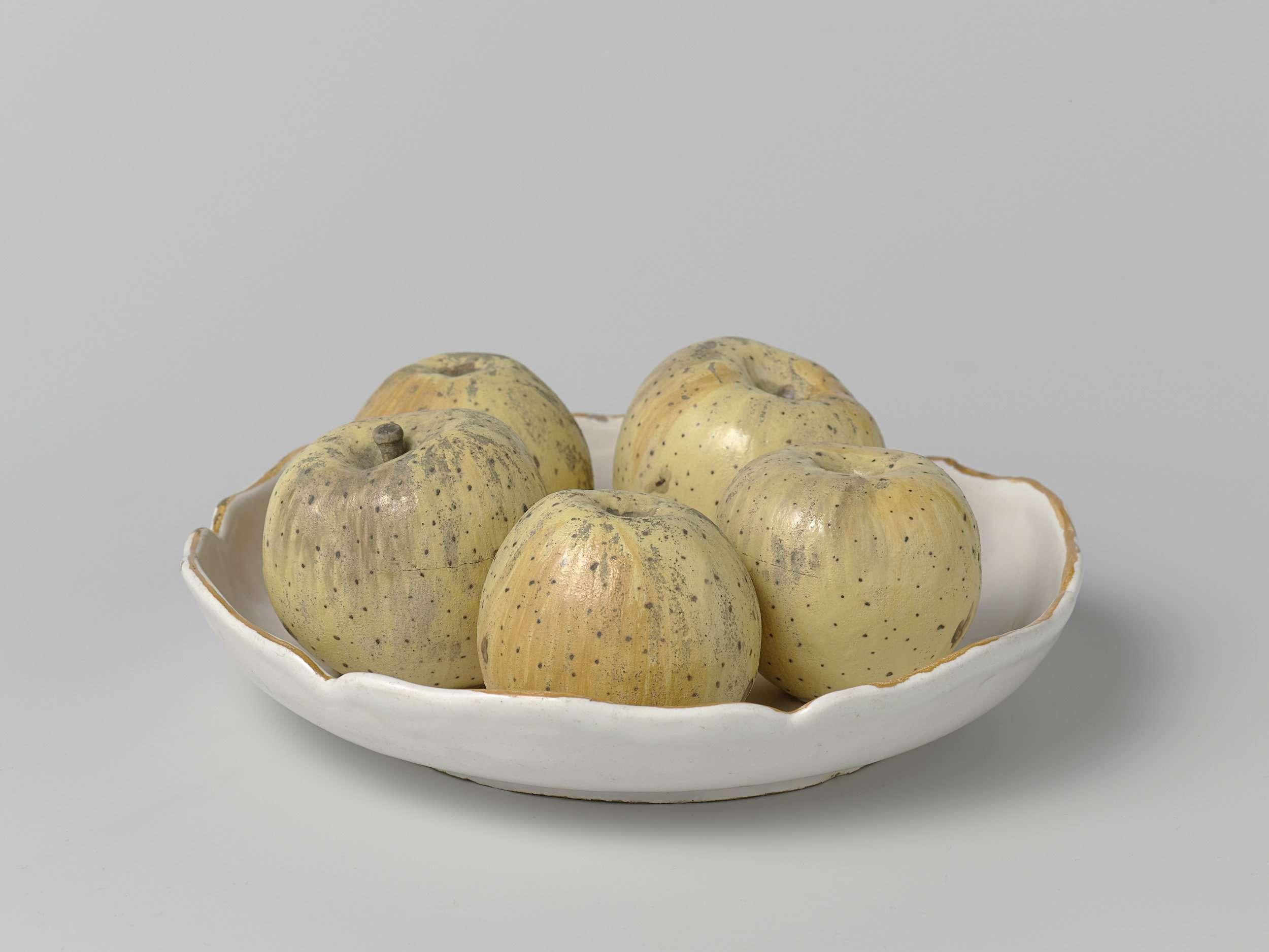 Arie Blankers | Schotel met geschulpte rand en vijf opgelegde appels, Arie Blankers, c. 1755 - c. 1760 | Ronde, witte schotel met appels, van veelkleurig beschilderde faience schotel heeft een geschulpte rand en op de schotel zijn vijf appels bevestigd.