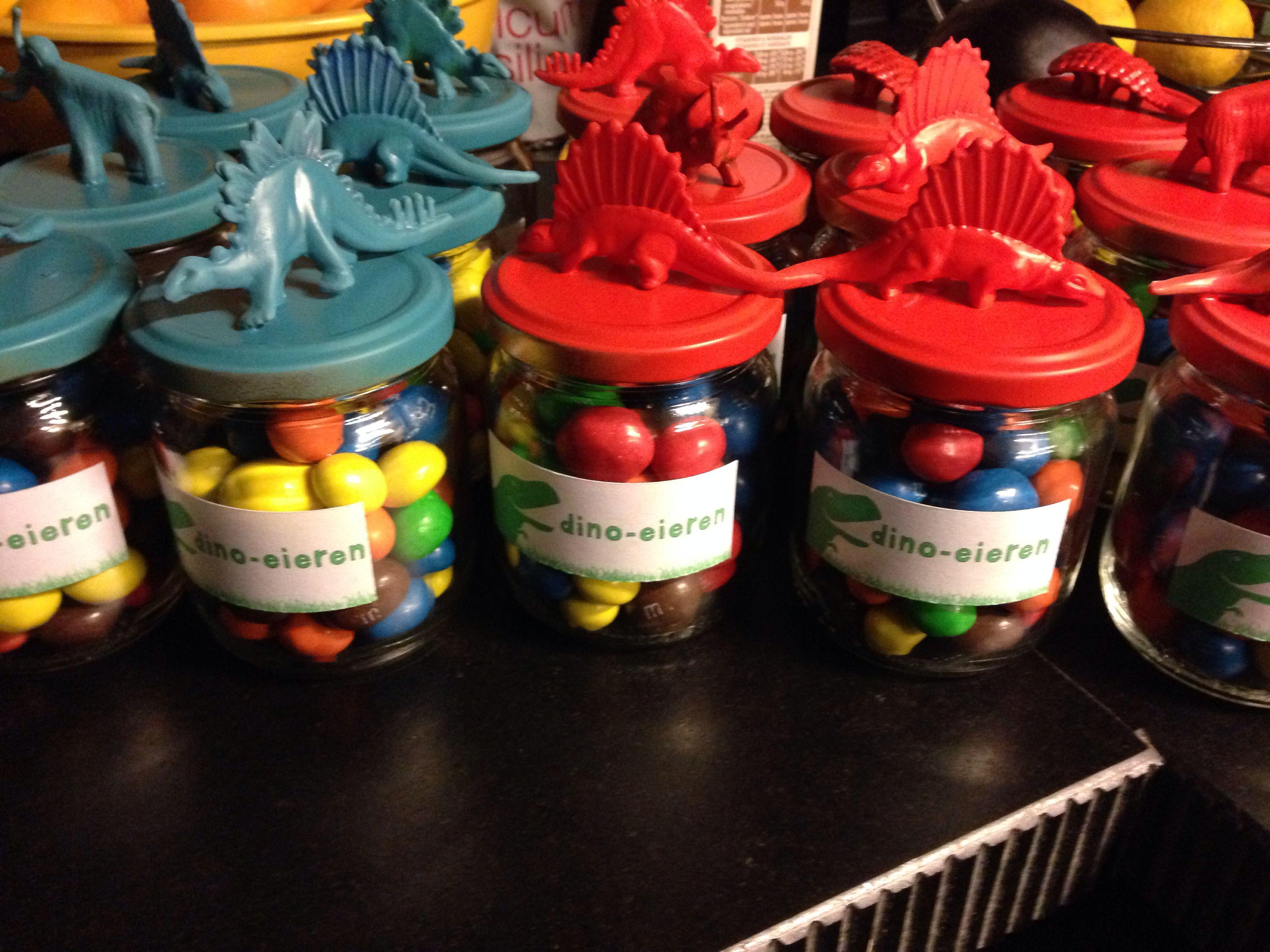 Dino eggs maar dan in een wcrolletje toms verjaardag in for Dino traktatie
