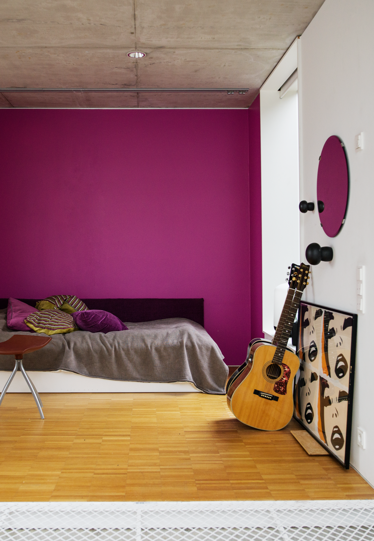 Courage to color. This space lives through the accentuated wall ...