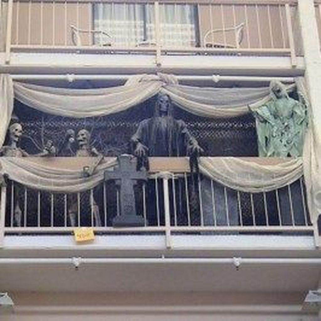35 Cool Halloween Theme Balcony Decor Ideas