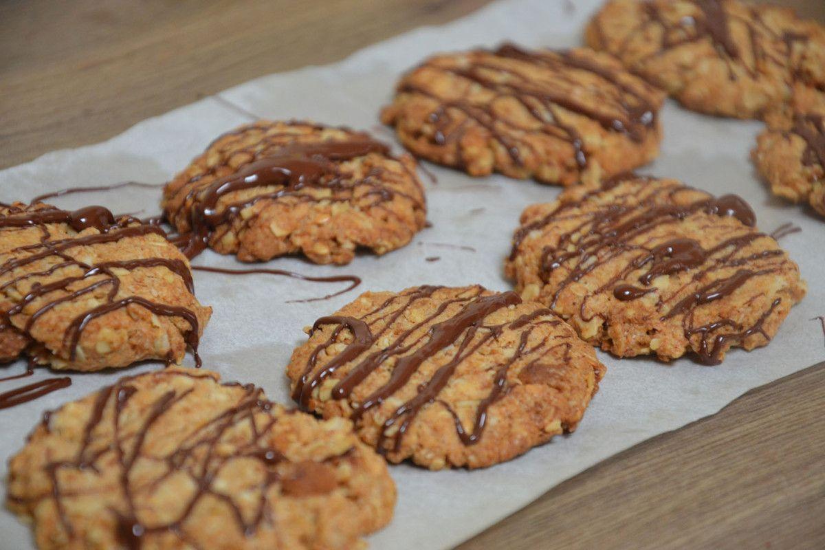 Ingrédients (pour 12 à 14 cookies) : – 80 g de flocons d'avoine –  40 g de sucre – 80 g de farine – 1 cuillère à café de levure  – 60 g de margarine végétale ou d'huile de coco (ou moitié-moitié) – 1 pincée de sel – 2 bonnes cuillères à soupe de lait végétal – une grosse pincée de vanille – une petite pincée de mélange quatre-épices (ou quelques spéculoos émiettés) – optionnel : 10 carrés de chocolat