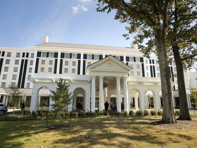 The New Guest House At Graceland 450 Room Hotel With A Front Portico That Has Look Of Elvis Presley S Mansion
