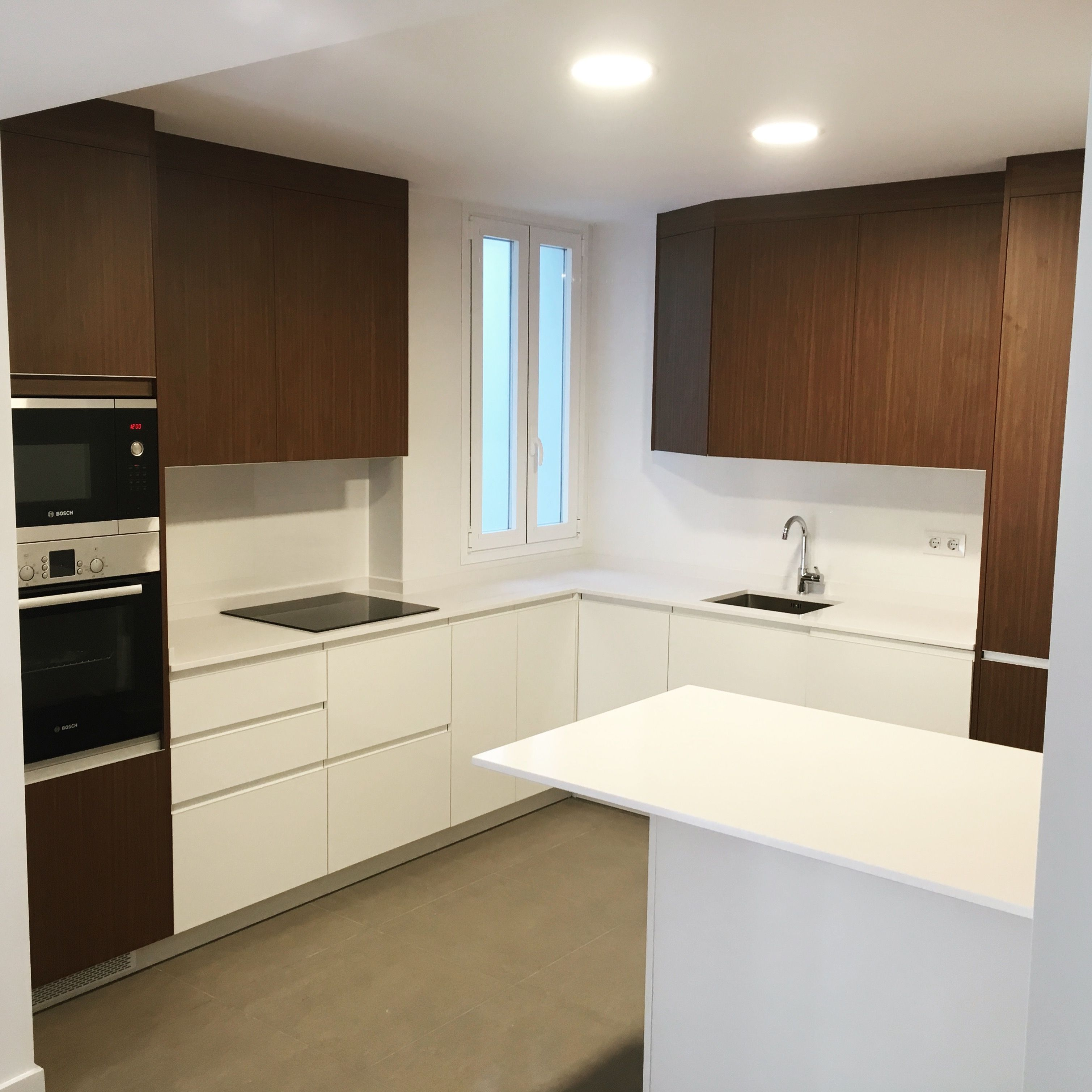 Cocina en blanco y nogal en 2019 cocinas - Cocina sin tiradores ...