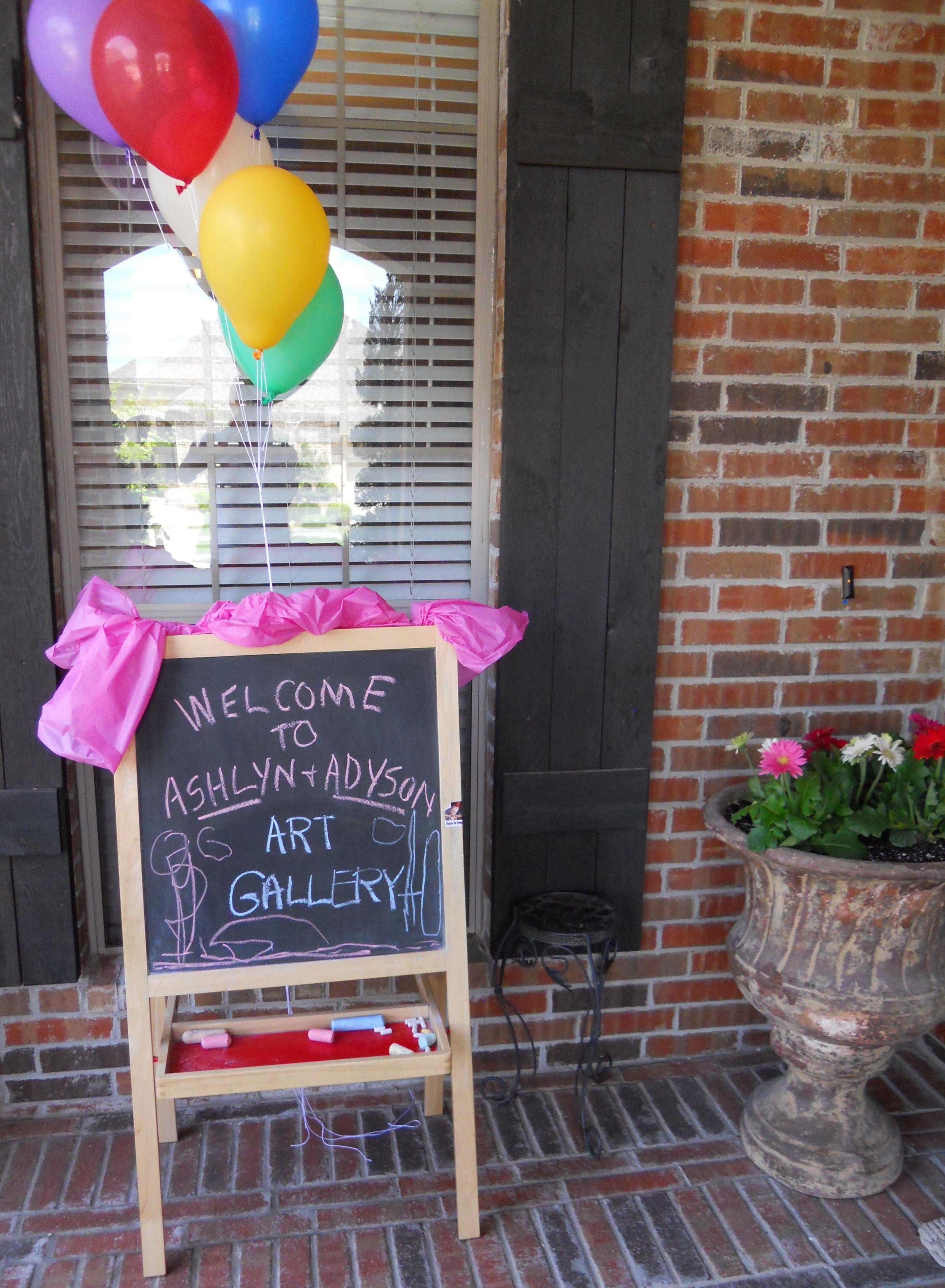 welkomsbord buiten zetten, ballonnen aan de deur