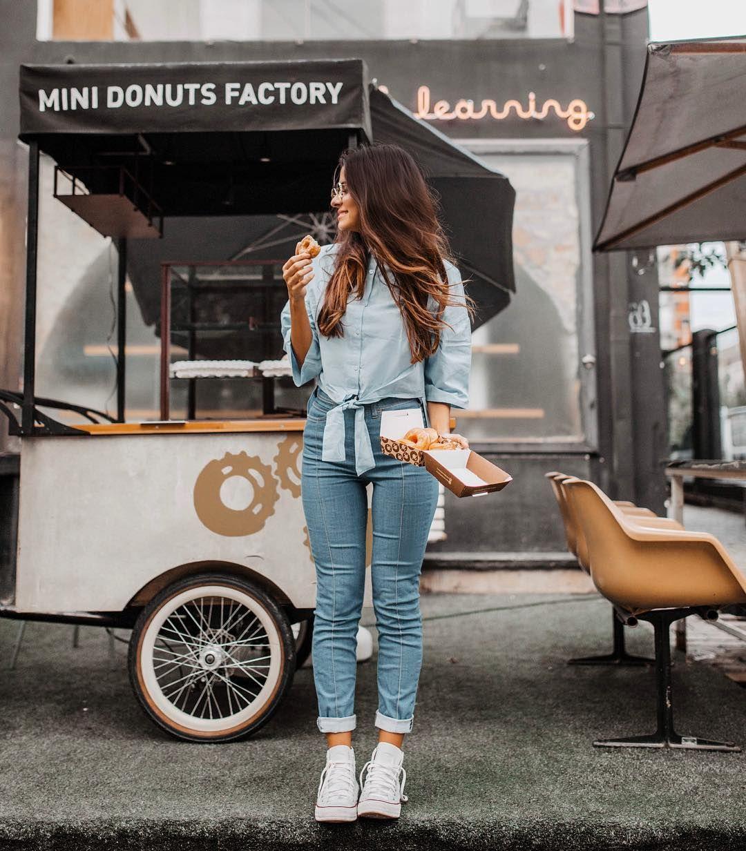 """89f378fec 18.4 mil curtidas, 142 comentários - Victória Rocha (@viihrocha) no  Instagram: """"Vai um donut aí? 🍩 Look TODO azulzinho. Pra quem tá procurando  uma calça ..."""
