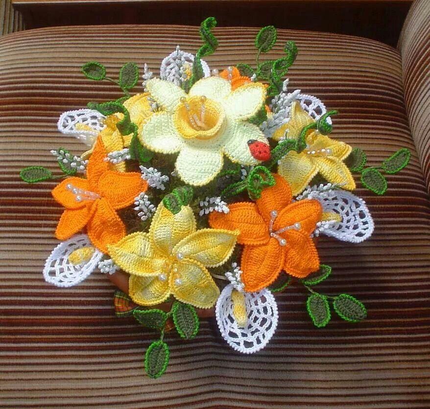 Composizione di fiori all 39 uncinetto fiori foglie e for Lavori all uncinetto per altari