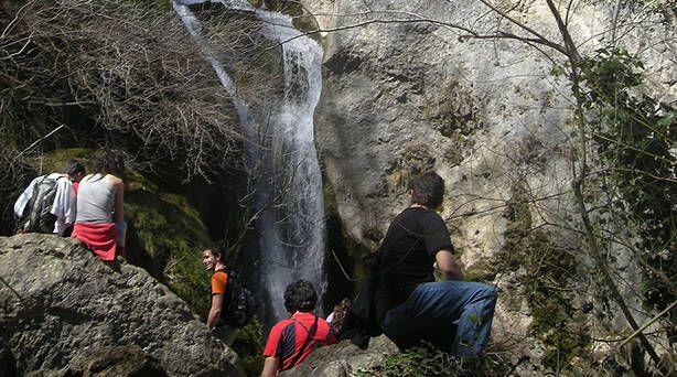 Jóvenes visitando el nacedero del Urederra, uno de los hitos de la ruta de los paisajes. #NacederoUrederra #RutaCascadaBaquedano  #NacederoUrederra en el #ParqueNaturalUrbasa   #EstellaLizarra  #TurismoEstella  #TierraEstella   #TurismoNavarra #TurismoRural http://nacedero-rio-urederra.blogspot.com.es/ www.casaruralnavarra-urbasaurderra.com http://navarraturismoynaturaleza.blogspot.com.es  http://mundoturismorural.blogspot.com.es