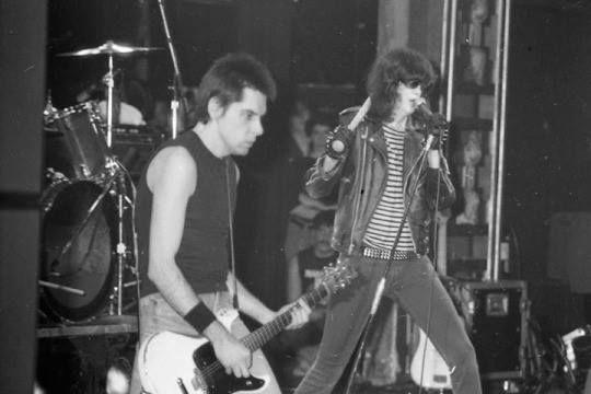 54a41237b44f5 Johnny Ramone Ramones de cabelo curto   Ramones and Metallica ...