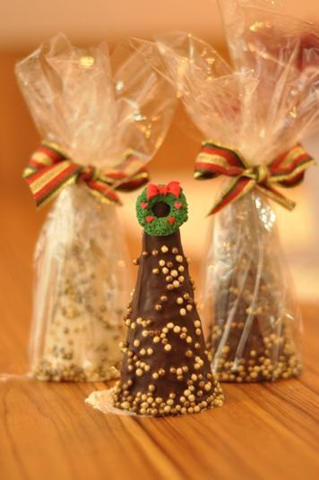 Árvore de chocolate - casquinha de sorvete envolvida por chocolate branco e preto recheado com trufa, brigadeiro ou palha italiana!