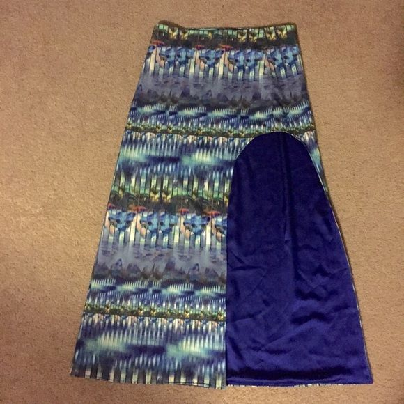 New Arrival Whitney Eve maxi skirt Dressy maxi skirt with extreme slit. Gorgeous geometric pattern with beautiful cobalt blue lining! Waist measures 16.5 inches laying flat. 38.5 inches long. 100% polyester. Size large. Make me an offer! Whitney Eve Skirts Maxi