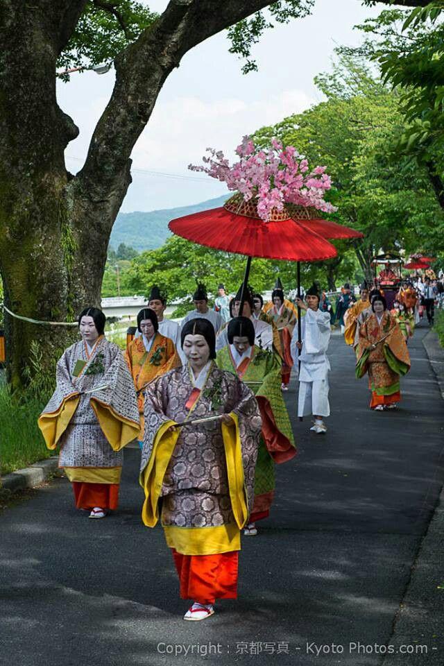 Aoi matsuri.  Men dressed in kariginu along with women dressed in traveling junihitoe