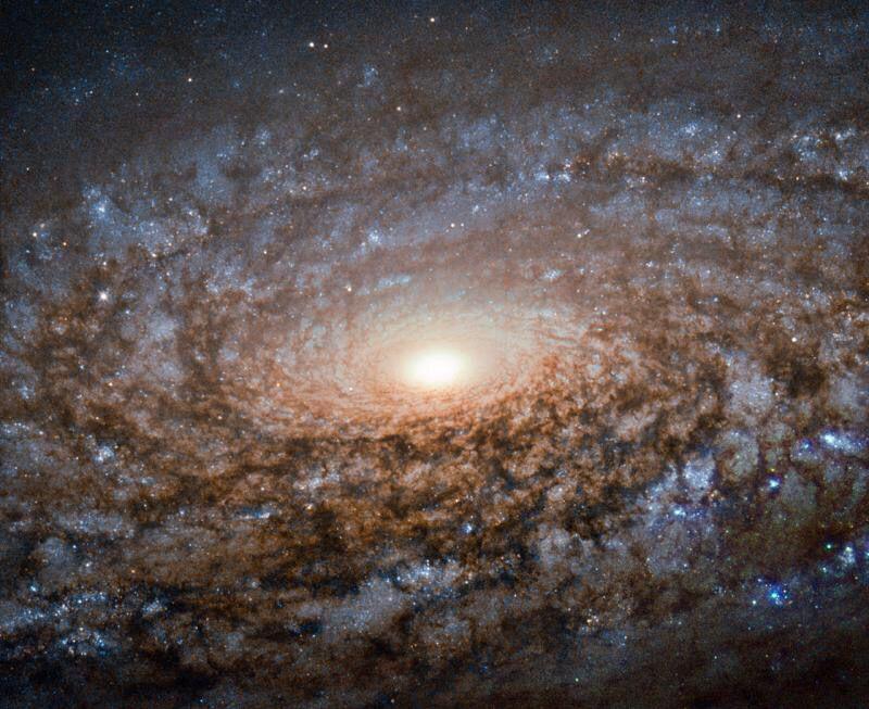 A 40 millones de años luz, NGC 3521 brilla en todo su esplendor en esta imagen del Hubble. Realmente espectacular...
