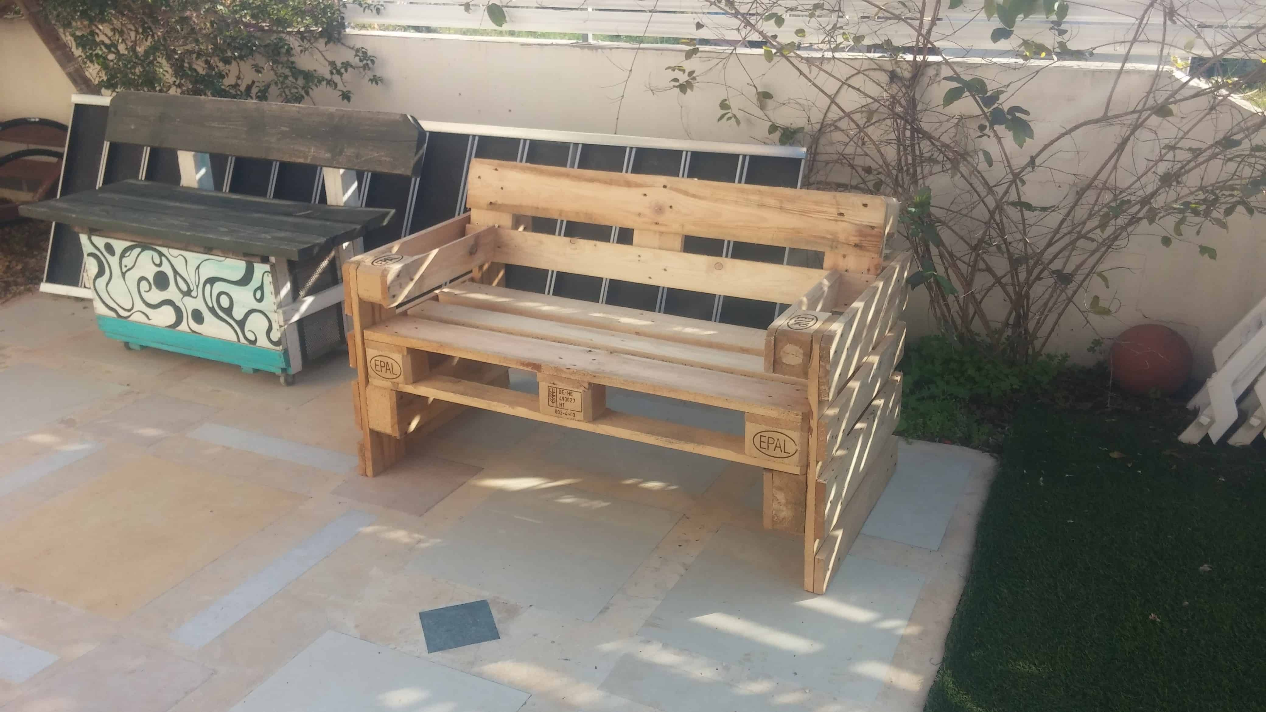 I Made This 3 Pallet Patio Bench In Only An Hour Read More Garden Outdoor Palletbenches Palletdiyideas Pallet Chair Pallet Bench Patio Bench