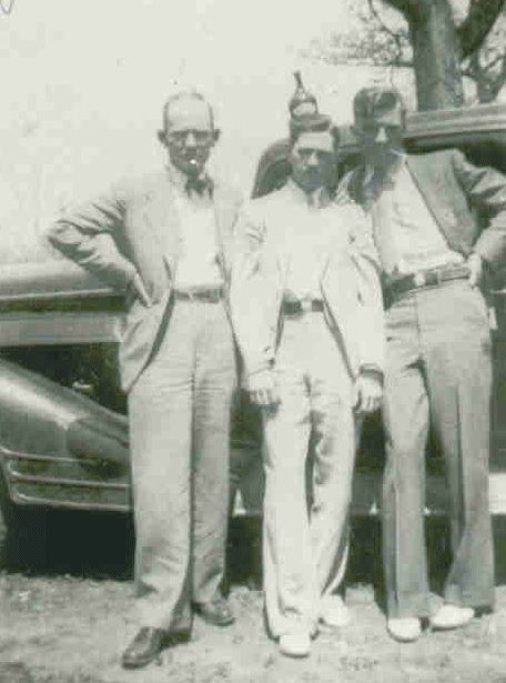 Bonnie And Clyde Photographed With Henry Methvin And Joe Palmer 1934 Henry Methvin Was The Final Member Bonnie Et Clyde Bonnie And Clyde Death Bonnie Parker