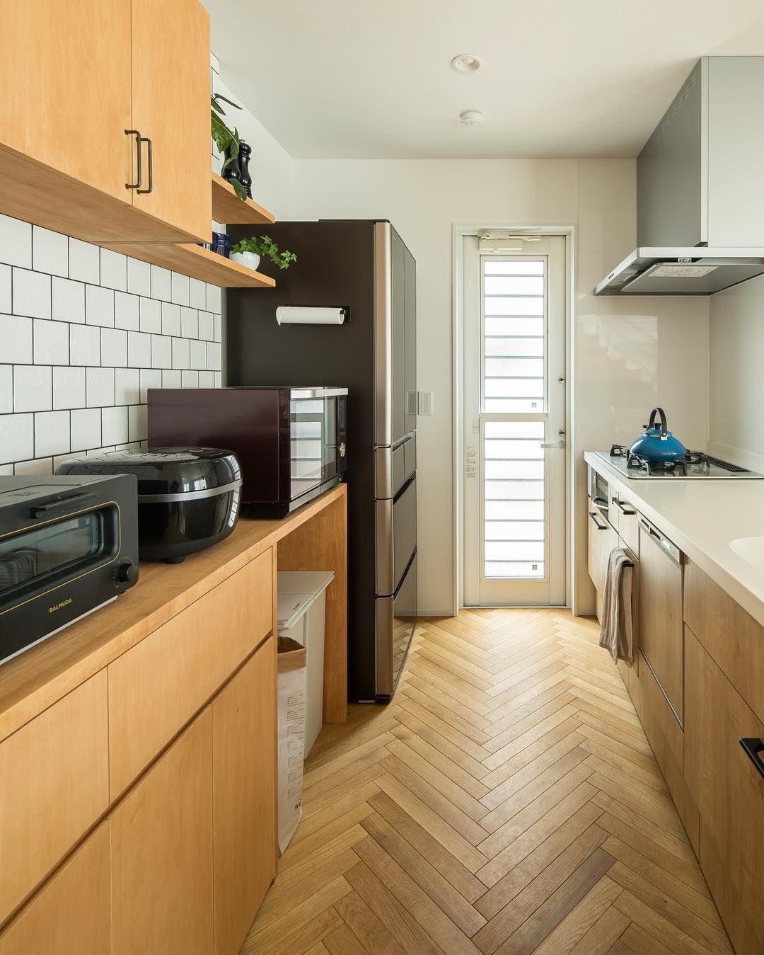 ルポハウス一級建築士事務所さんはinstagramを利用しています ヘリンボーンの床と白タイルの組み合わせがお洒落なキッチン 光があたるとナチュラルにきらめくタイルは キッチンをより明るく魅せてくれます ルポハウスの施工事例をもっと見て